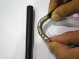 インサート部品の下部構造が軟らかいバネであるため、成形は非常に困難である。